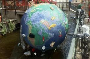 Weltkugel mit Plastikmüll