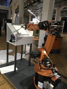 Ein Roboter schreibt Manifeste Open Codes, ZKM, Foto: © Ria Hinken