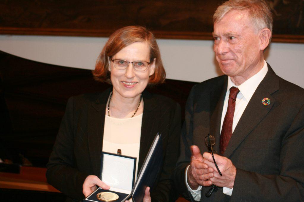 Bundespräsident a. D. Horst Köhler überreicht Heike Göbel den Publizistik-Preis ©Foto: Hans-J.Hinken