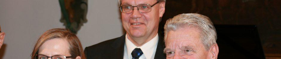 Prof. Dr. Lüder Gerken, Vorstand der Hayek-Stiftung (mitte) mit den Preisträger*innen ©Foto: Hans-J.Hinken