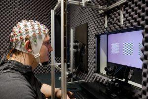 Ablenkung erwünscht: Probanden mit EEG-Kappe helfen der Neurophysik, Hirnaktivitäten zu studieren © Foto: Rolf Wegst für CMBB
