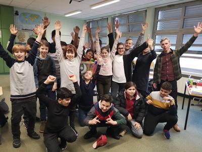 """Im spannenden letzten Grundschulhalbjahr begleitet die Kamera von """"Starke Kinder – Starke Klasse"""" die Kinder einer Berliner 6. Klasse fünf Monate lang."""