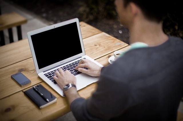 "<img src=""blogging-336376_640.jpg"" alt=""Mensch am Laptop""/>"" class=""wp-image-4465″/></figure>   <p><span id="