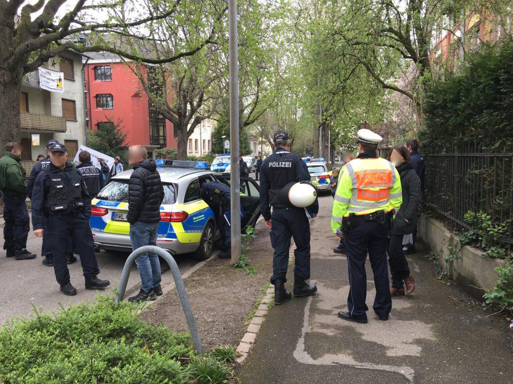 Großes Polizeiaufgebot bei Räumung eines besetzten Hauses in Freiburg-Herdern. Der Anwalt des Hausbesitzers hatte Anzeige erstattet, so der Polizeisprecher.