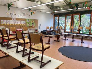 Das Foto zeigt den Blick in den Klassenraum einer 2. Klasse einer Grundschule. Hier fand ein Workshop für Erwachsene - auch Menschen über 65 statt.