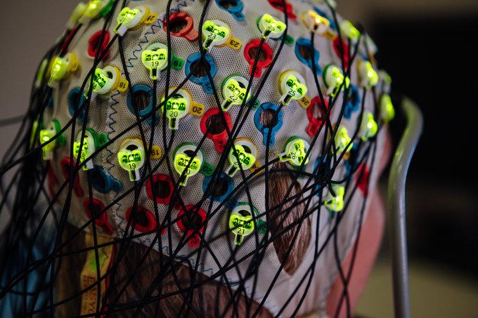 Bei einem Brain-Computer-Interface (BCI, Gehirn-Computer-Schnittstelle) löst allein die Vorstellung einer Handlung schon messbare Veränderungen der elektrischen Hirnaktivität aus. Diese Signale können über ein EEG (Elektro-Enzephalogramm) ausgelesen und über maschinelle Lernsysteme in Steuersignale umgesetzt werden. © Elias Domsch