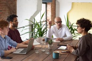 Ein Team sitzt am Tisch und diskutiert