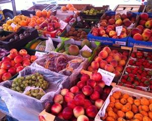 Das Foto zeigt Obst und Gemüse auf einem Wochenmarkt