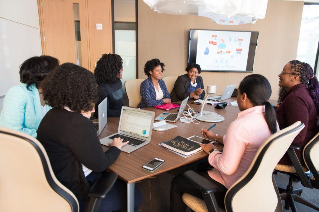 Das Foto zeigt Frauen bei der Arbeit.