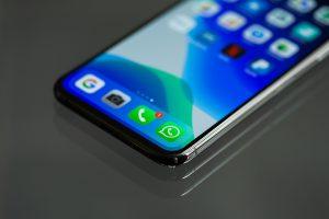 Gezeigt wird ein Smartphone