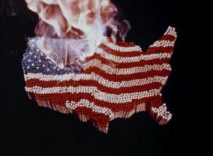 Symbolbild einer brennenden US-Flagge.  © Honorarfrei - nur für diese Sendung bei  Nennung ZDF und Midwestern Films.