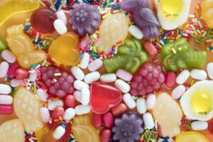Das Foto zeigt viele verschiedene Süßigkeiten, die Kinder gerne mögen.