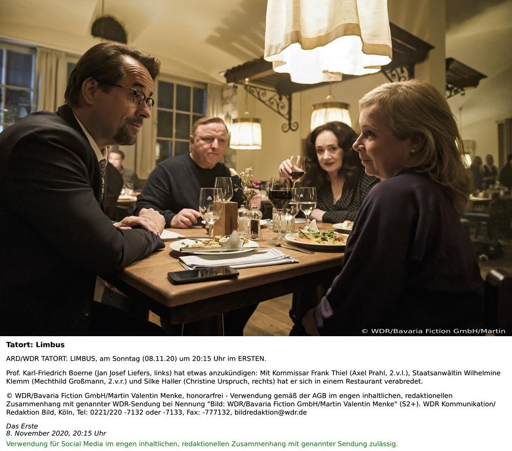 """ARD/WDR TATORT: LIMBUS, am Sonntag (08.11.20) um 20:15 Uhr im ERSTEN. Prof. Karl-Friedrich Boerne (Jan Josef Liefers, links) hat etwas anzukündigen: Mit Kommissar Frank Thiel (Axel Prahl, 2.v.l.), Staatsanwältin Wilhelmine Klemm (Mechthild Großmann, 2.v.r.) und Silke Haller (Christine Urspruch, rechts) hat er sich in einem Restaurant verabredet. © WDR/Bavaria Fiction GmbH/Martin Valentin Menke, honorarfrei - Verwendung gemäß der AGB im engen inhaltlichen, redaktionellen Zusammenhang mit genannter WDR-Sendung bei Nennung """"Bild: WDR/Bavaria Fiction GmbH/Martin Valentin Menke"""" (S2+). WDR Kommunikation/Redaktion Bild, Köln, Verwendung für Social Media im engen inhaltlichen, redaktionellen Zusammenhang mit genannter Sendung zulässig."""