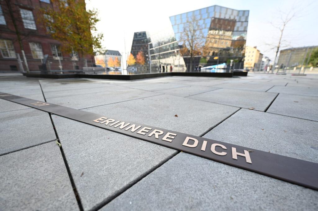 """Kommunen, Gesellschaft, Geschichte, Religionen, Ein Erinnerungsband ist mit der Aufschrift """"Erinnere Dich"""" ist ab 06.11.2020 um den Brunnen auf dem Platz der Alten Synagoge zu sehen.   Quelle: Patrick Seeger/Stadt Freiburg"""