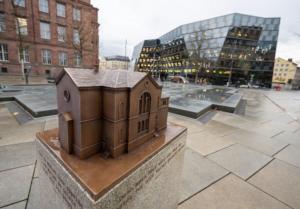 Ort der Erinnerung. Platz der Alten Synagoge in Freiburg. Bronzenes Modell am Brunnen.