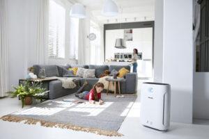 Luftreiniger lassen sich auch in der Wohnung einsetzen. Das Foto zeigt ein spielendes Kind im Wohnzimmer. Philips Luftreiniger 2000er Serie AC2889/10