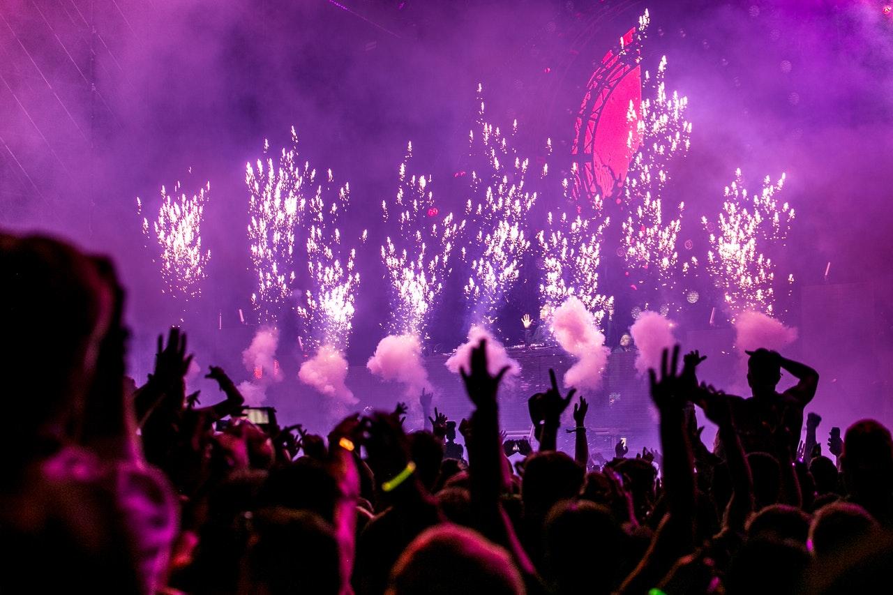 Silvesterfeuerwerk und Umwelt. Das Foto zeigt Rauchwolken und Feuerwerkskörper.  Foto von Wendy Wei von Pexels