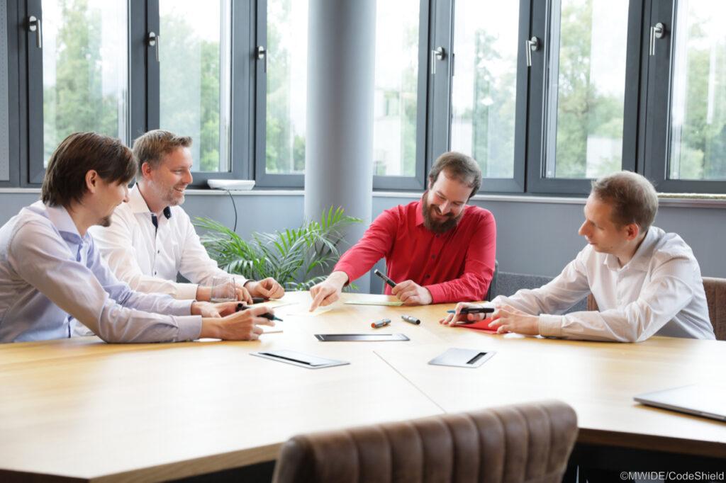 Das Foto zeigt ein Team der Firma CodeShield GmbH