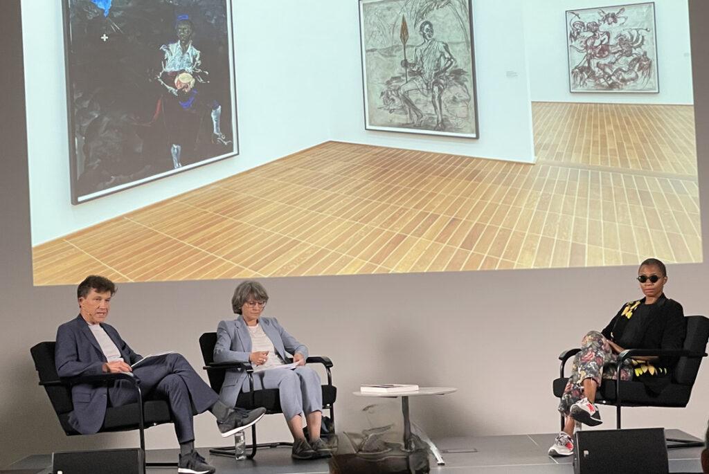 Rechts im Bild Karen Walker, links Kuratorin: Anita Haldemann