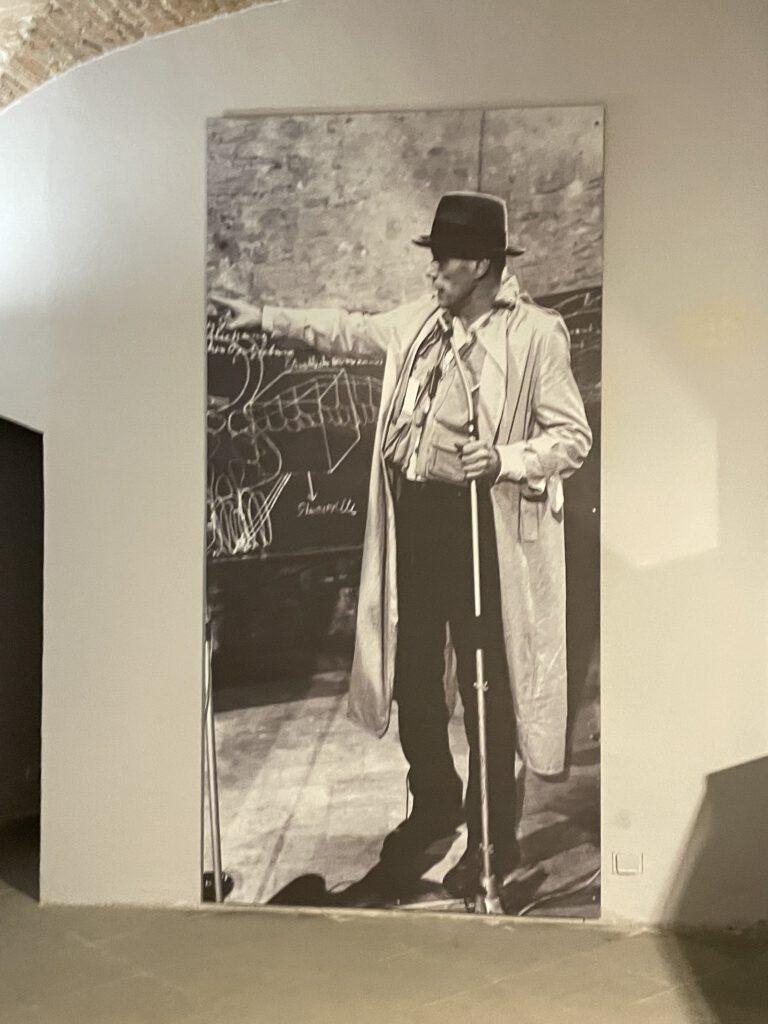 Das Foto zeigt Joseph Beuys bei einer Diskussion in Perugia
